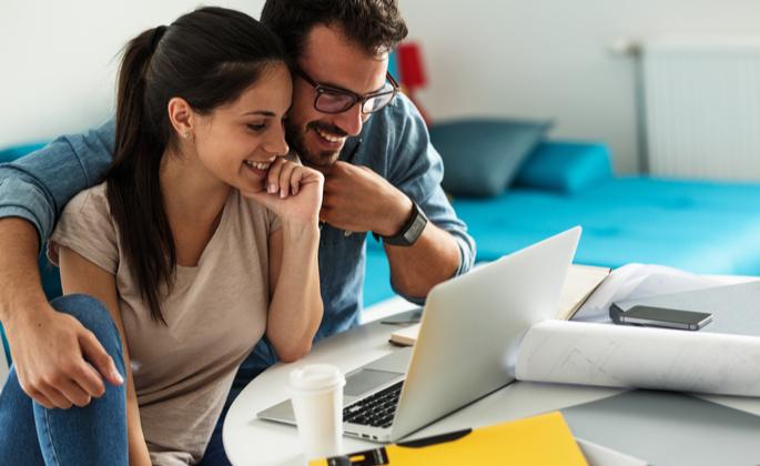 homem e mulher olhando um notebook