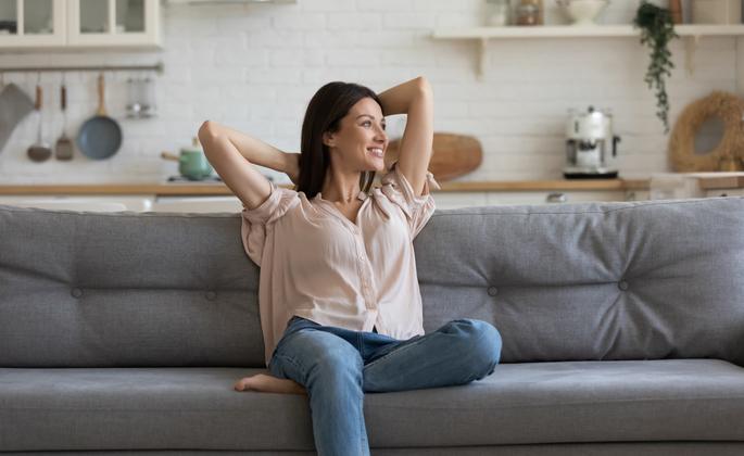 mulher relaxada desfrutando do seu apartamento - CIMA