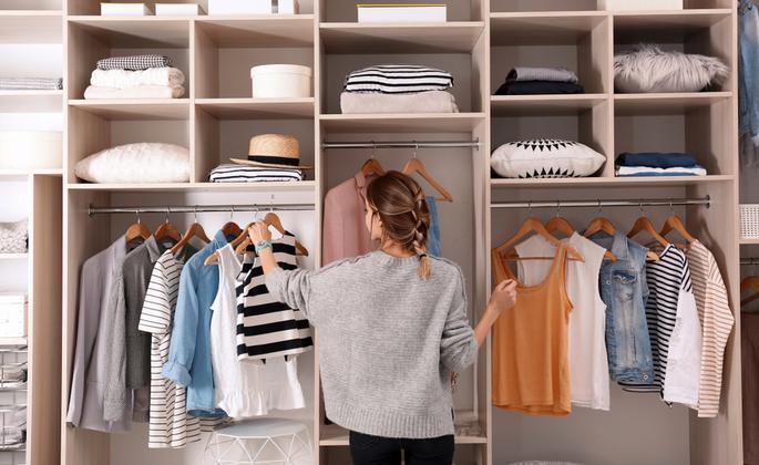 mulher organizando o closet - CIMA