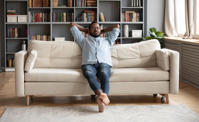 Homem relaxando em casa - CIMA