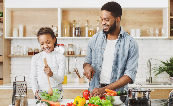 família preparando alimentação saudável juntas - CIMA