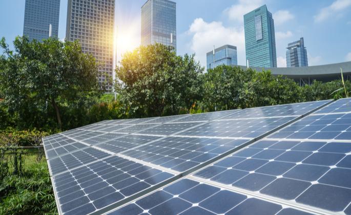 placas de energia solar sobre um gramado - CIMA
