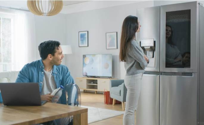 Casal em uma casa com cozinha tecnológica - CIMA
