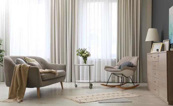 Sala com poltronas e cortina