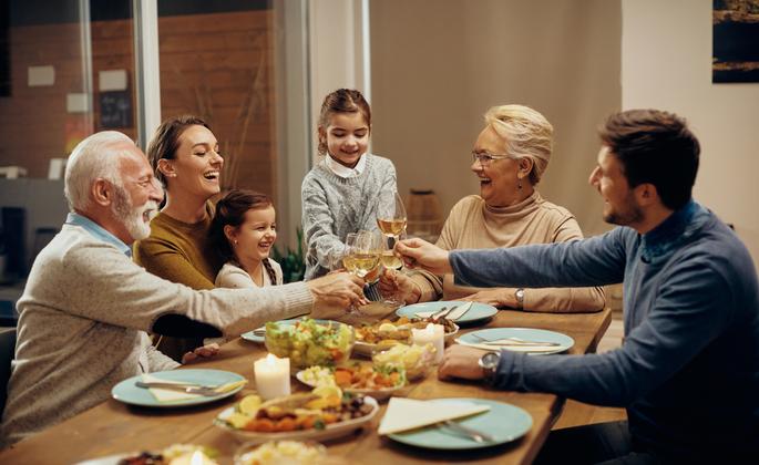 Jantar em família em imóvel Cima