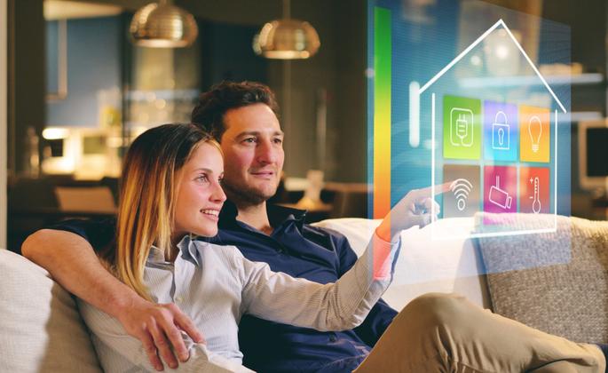 Casal aproveitando Tendências para as casas do futuro