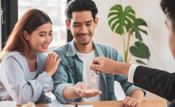 Casal optando por investir em imóveis