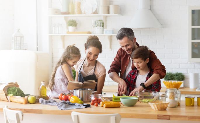 Família cozinhando em conjunto