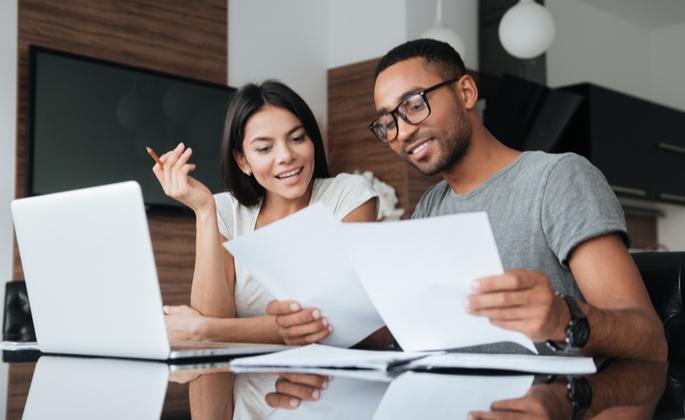 Casal decidindo investir em imóveis