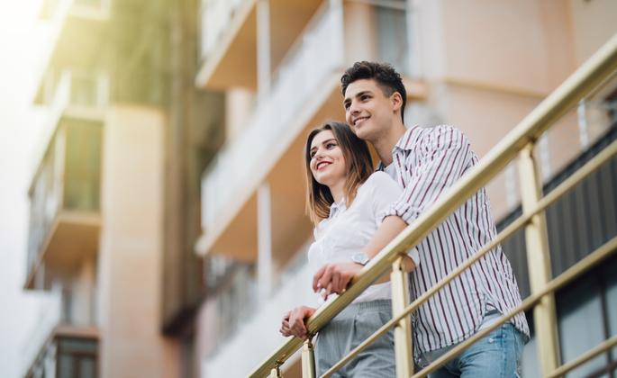 Casal admirando andar do apartamento Cima recém comprado
