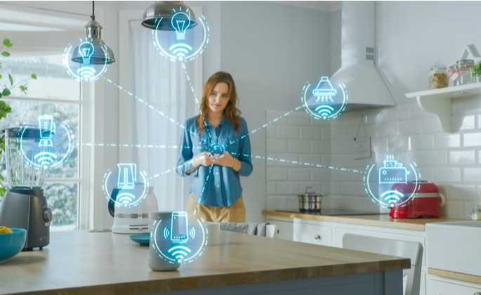 Mulher manipulando app de casa inteligente